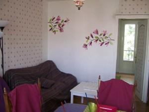 canape-mur-blanc-donnant-sur-chambre-verte