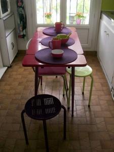 table-cuisine-vue-de-la-porte